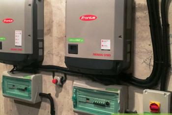 instalacja-fotowoltaiczna-falownik-fronius-symo-licznik-dwukierunkowy-zabezpieczenie-AC-DC-zielonyVOLT