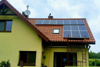 instalacja-fotowoltaiczna-w-domu-jednorodzinnym-montaz-paneli-fotowoltaicznych-dachowka-ceramiczna-zielonyVOLT
