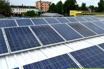 instalacja-paneli-fotowoltaicznych-konstrukcja-podnoszona-dach-plaski-blacha-trapezowa-zielonyVOLT