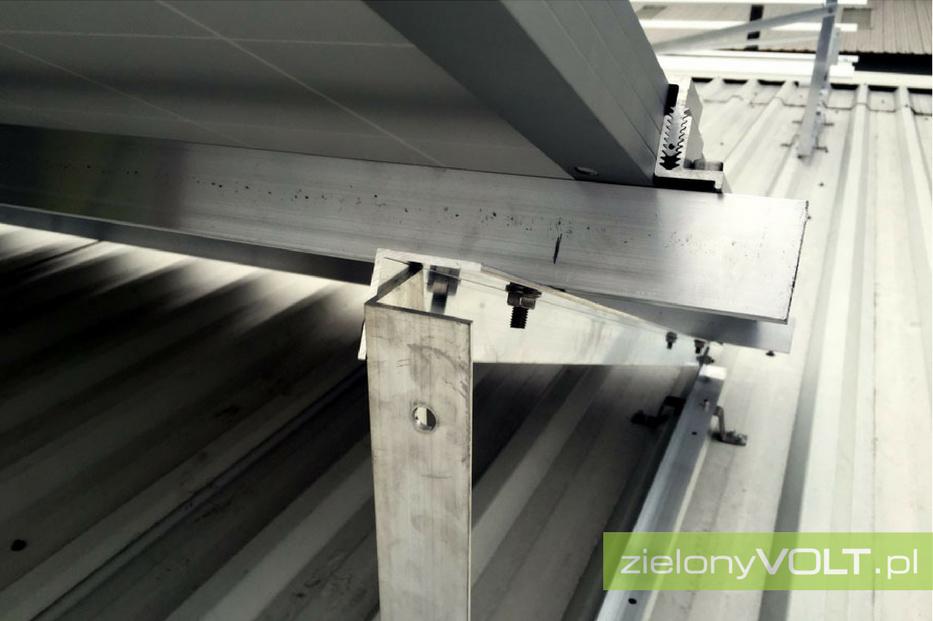 montaz-paneli-fotowoltaicznych-dach-plaski-konstrukcja-podnoszona-zielonyVOLT-2