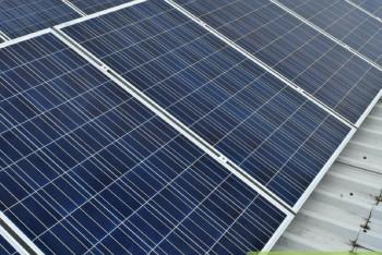 panele-fotowoltaiczne-dach-plaski-konstrukcja-podnoszona-zielonyVOLT